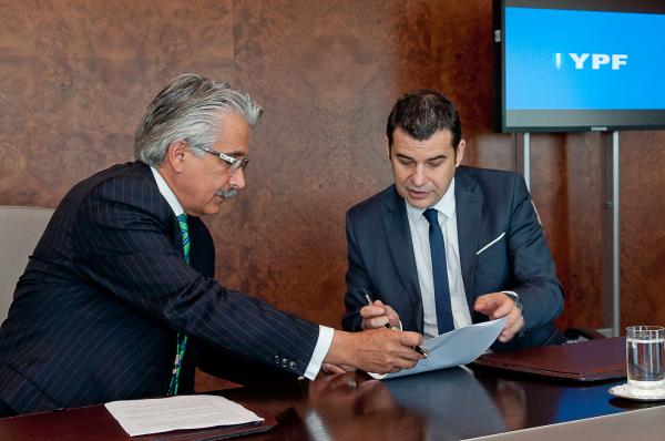 Miguel Galuccio, presidente de YPF, y Ali Moshiri, presidente de Chevron América Latina y África.