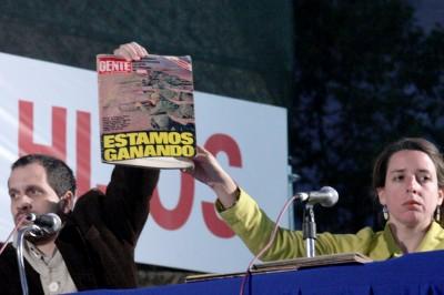 """Durante el Juicio Etico, los fiscales muestran la tapa de la revista Gente durante Malvinas: """"Estamos ganando"""""""