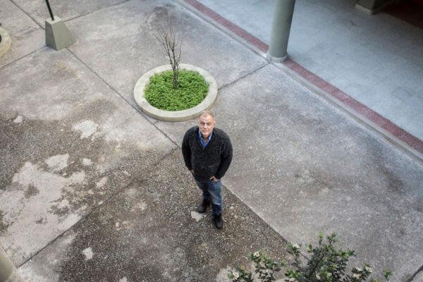 El informático Diego Saravia en la Universidad de Salta. Foto: Nacho Yuchark.